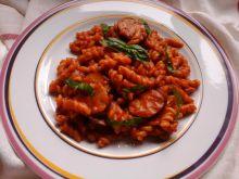 Makaron w soku pomidorowym z wędzoną kiełbasą