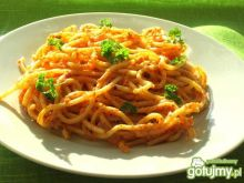 Makaron w sosie ser-pomidory
