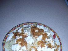 Makaron z białym serem i skwarkami.