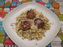 Makaron z brokułami i kotlety sojowe