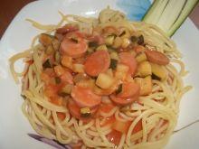Makaron z cukinią i parówkami w sosie