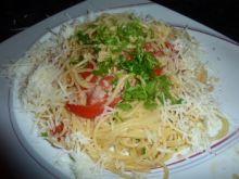 Makaron z czosnkiem, oliwą i pomidorami na ostro