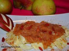 Makaron z jabłkami i jagodami goji