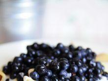 Makaron z jagodami i śmietaną