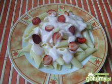 Makaron z joguretem i truskawkami