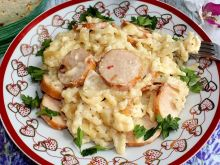 Makaron z kiełbasą, sosem serowym i serem korycińs