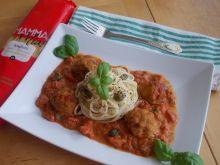 Makaron z klopsikami w sosie pomidorowo-serowym