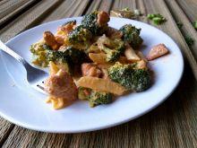 Makaron z kurczakiem i brokułem w sosie serowym