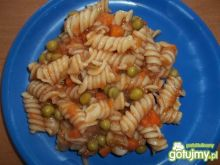 Makaron z marchewką i groszkiem