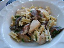 Makaron z maślakami, kurczakiem i czosnkiem