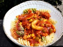 Makaron z mięsem, cukinią i sosem pomidorowym