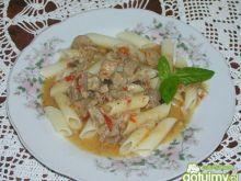 Makaron z mięsem i sosem chilli