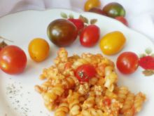 Makaron z mięsem mielonym, pomidorami i mozzarellą