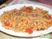 Makaron z mięsem w sosie pomidorowym