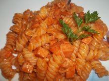Makaron z mortadelą w sosie pomidorowym