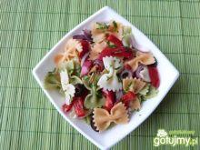 Makaron z papryką i czarnymi oliwkami