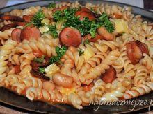 Makaron z parówką i fasolką w pomidorach