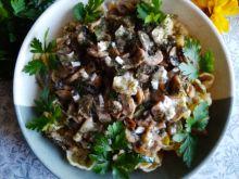 Makaron z pieczarkami, cukinią i serem camembert