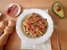 Makaron z salsą z awokado i suszonymi pomidorami