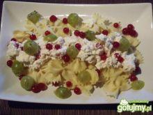 Makaron z serem i owocami działkowymi