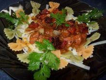 Makaron z sosem bolonez z kiełbasą i sus