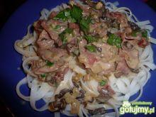 Makaron z sosem grzybowym i szynką