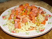 Makaron z sosem i kiełbaską