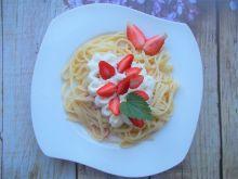 Makaron z sosem i truskawkami