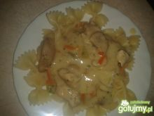 Makaron z sosem i warzywami