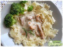 Makaron z sosem kurkowym i brokułem