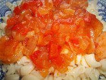 Makaron z sosem paprykowym i kiełbasą