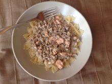 Makaron z sosem pieczarkowym i łososiem
