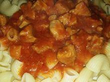 Makaron z sosem pomidorowym z mięsem