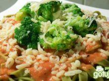 Makaron z sosem pomidorowym i brokułami