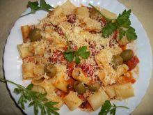 Makaron z sosem pomidorowym i oliwkami