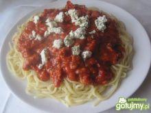 Makaron z sosem pomidorowym i serem.