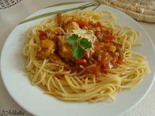Makaron z sosem pomidorowym i wędzonym radamerem