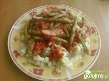 Makaron z sosem pomidorowym z fasolką