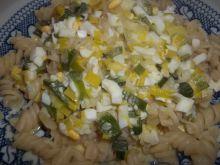 Makaron z sosem serowo - porowym z jajkami