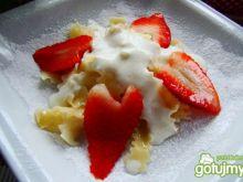 Makaron z truskawkami i śmietaną