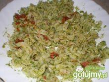 Makaron z ziołami i suszonymi pomidorami