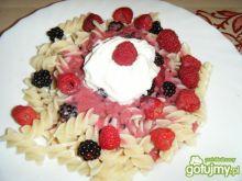 Makaron ze świeżymi owocami i jogurtem