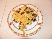 Makaronowa jajecznica z czerwoną fasolką