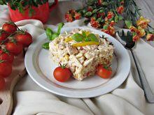Makaronowa sałatka z kurczakiem i świeżą papryką