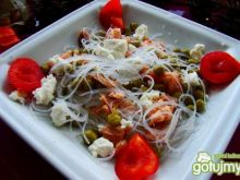 Makaronowa sałatka z łososiem i fetą