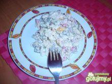 Makaronowa sałatka z wiejską kiełbasą.