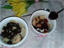 Makaronowy deser z owocami suszonymi i czekoladą