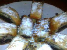 makowa rolada z ciasta francuskiego