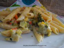 Makron z sosem warzywno serowym