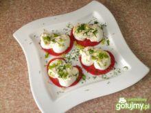 Malinowe pomidory z jajkami w majonezie